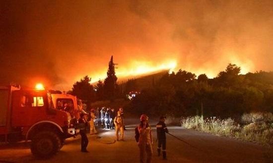 38 άνδρες και 10 πυροσβεστικά από την Περιφέρεια ΑΜΘ στην «μάχη» της φωτιάς στην Ζάκυνθο