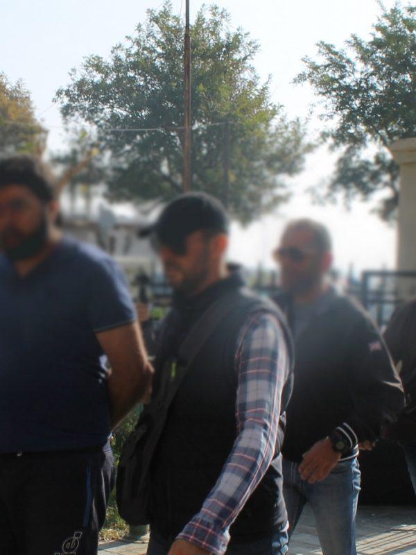 Την αθωότητα του υποστήριξε στο δικαστήριο της Αλεξανδρούπολης ο 32χρονος Σύριος που συνελήφθη εκεί την προηγούμενη εβδομάδα και αντιμετωπίζει την κατηγορία της συμμετοχής στην «τρομοκρατική» οργάνωση ISIS. Ο 32χρονος οδηγήθηκε ενώπιον της ανακρίτριας το πρωί της Δευτέρας 23/10 η οποία με τη σύμφωνη γνώμη της εισαγγελέως έκρινε τον κατηγορούμενο ως «προσωρινώς κρατούμενο» δεδομένου ότι λείπουν από τη δικογραφία ορισμένα έγγραφα τα οποία και θα αναζητηθούν.  Σύμφωνα με τη δικηγόρο του κα Τριανταφυλλιά Τσιουλπά, ο 32χρονος δεν είναι μέλος του ISIS αλλά μαχητής του Ελεύθερου Συριακού Στρατού που απαρτίζεται από πολίτες οι οποίοι αντιμάχονται το καθεστώς Άσαντ στη Συρία. Επιπλέον η κα Τσιουλπά εξέφρασε την εκτίμηση ότι από τα στοιχεία της δικογραφίας προκύπτει η αθωότητα του πελάτη της και ότι εντός των επόμενων πέντε ημερών θα υποβάλλει ένσταση έναντι της προσωρινής κράτησης, ώστε ο πελάτης της να αφεθεί ελεύιθερος.